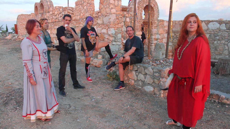 Foto: Preparándose para la ceremonia en Navas de la Jorquera. (A.Villarino)