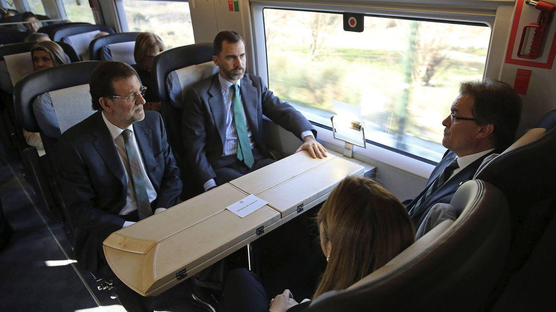 Foto: Felipe VI, Mariano Rajoy, Ana Pastor y Artur Mas, en el viaje inaugural del AVE Barcelona-Figueras. (Efe)