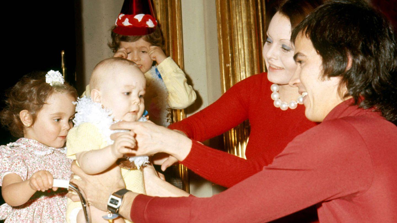 Rocío Dúrcal y Junior, en una preciosa imagen de archivo con sus tres hijos. (Getty)