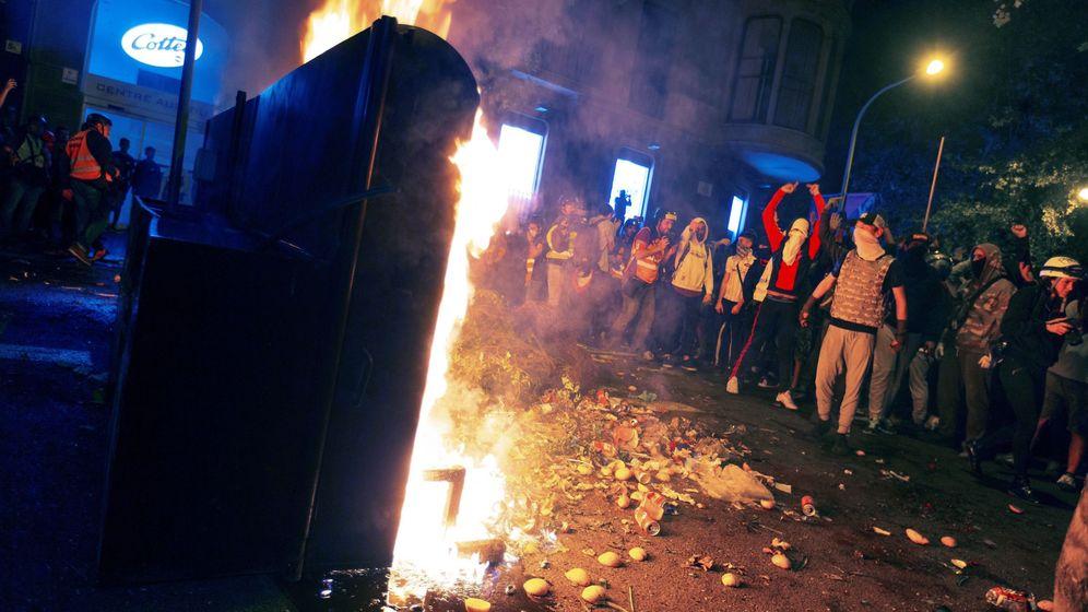 Foto: Manifestantes en las inmediaciones de la plaza de Urquinaona. (EFE)