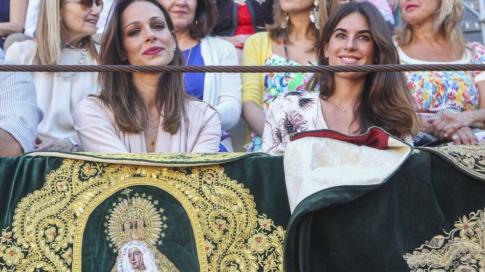 El mal rato de Eva González junto a Lourdes Montes en el mano a mano de Fran y Cayetano Rivera