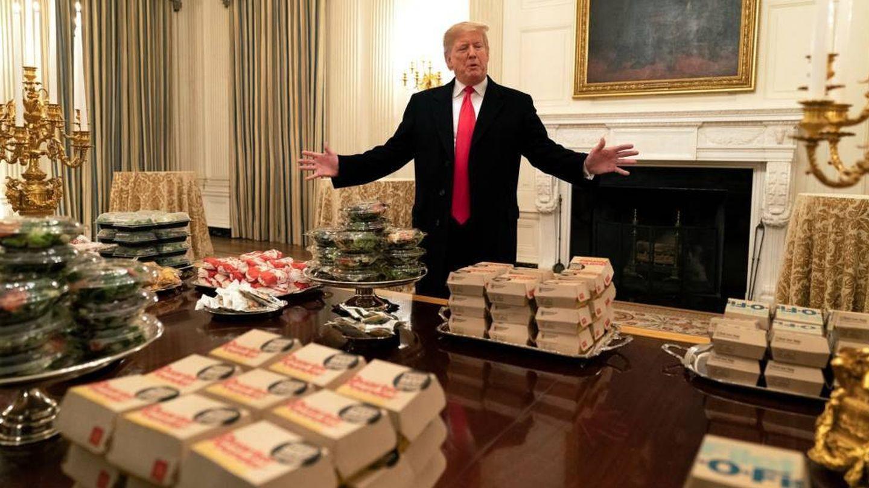 Donald Trump, delante de los cientos de hamburguesas que ofreció a los Clemson Tigers en la Casa Blanca