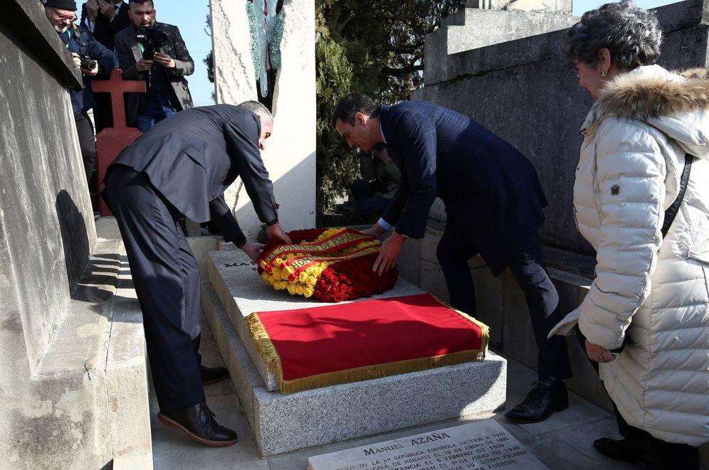 Foto: Pedro Sánchez deposita una corona de flores en la tumba de Manuel Azaña, en Montauban, Francia, este 24 de febrero. (EFE)