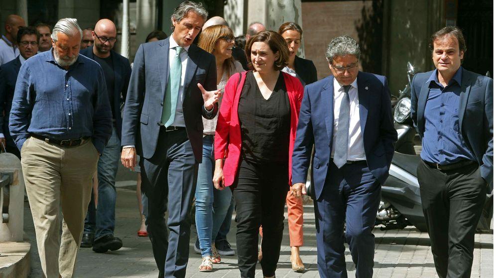 Foto: El ministro de Fomento, Íñigo de la Serna, junto a la alcaldesa de Barcelona, Ada Colau, el viernes en Barcelona. (EFE)
