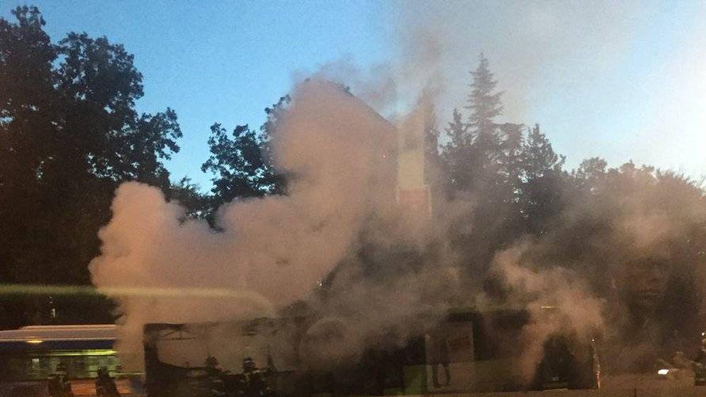 Foto: Imagen del autobús ardiendo. (Foto: @iminguez99)