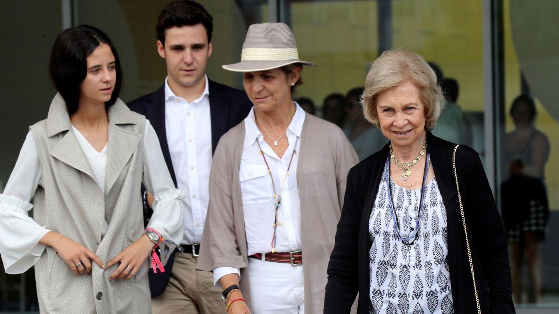 La Infanta, con su madre y sus hijos. (EFE)