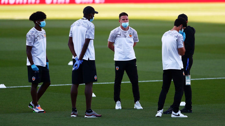 Las medidas de seguridad sanitaria se impusieron a la vuelta del fútbol. (EFE)
