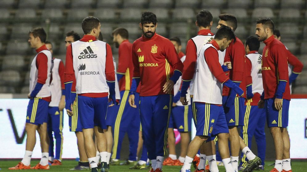 Foto: El delantero de la selección española de fútbol Diego Costa (c) junto a sus compañeros, durante el entrenamiento en Bruselas. (EFE)