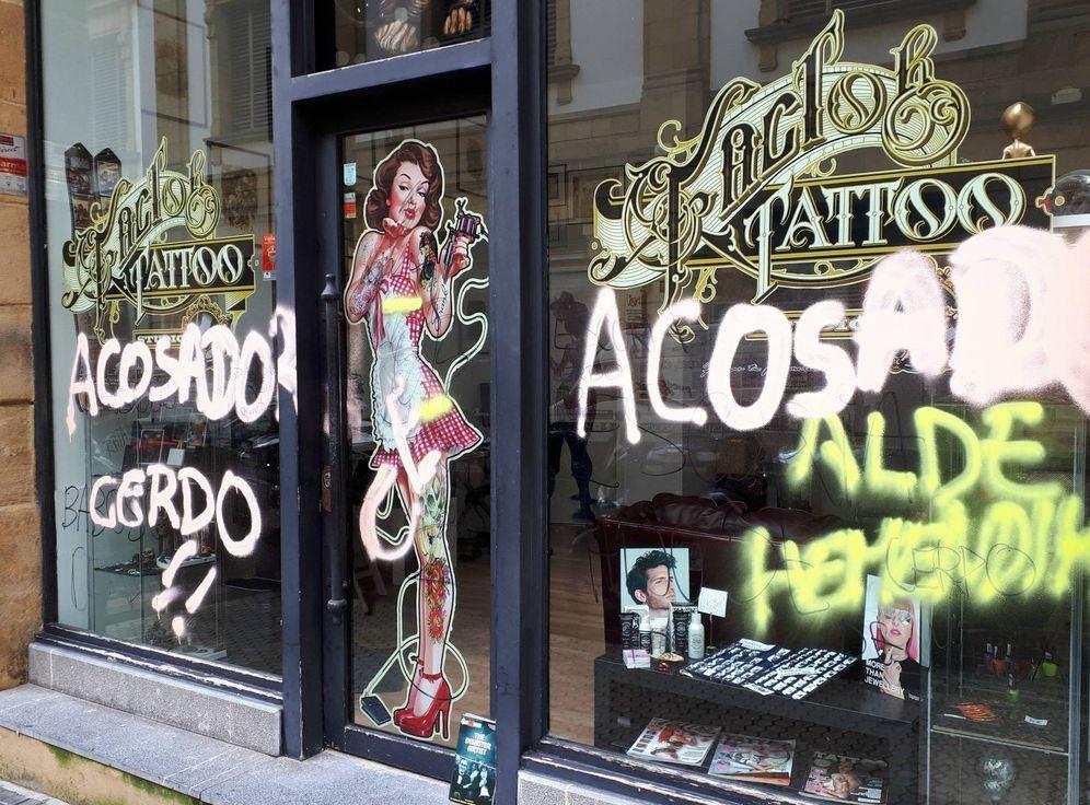 Foto: Pintadas en el estudio de tatuaje de San Sebastián que ha sido objeto de denuncias por supuesto acoso sexual. (EC)