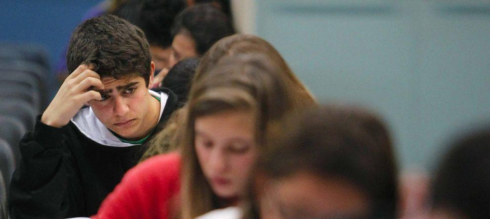 Foto: Un grupo de estudiantes catalanes de la ESO durante un examen. (Efe)