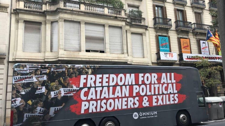 Òmnium, a la caza del turista: buses y postales para decir que hay presos políticos