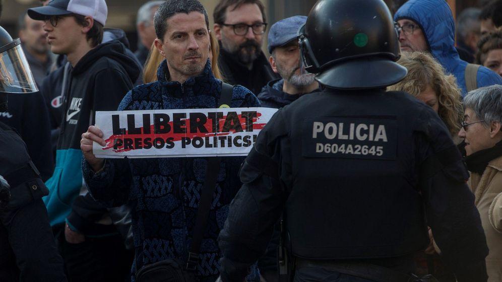 Foto: Un grupo de huelguistas cortan la Carretera de Sants de Barcelona, durante la jornada de huelga general convocadas contra el juicio del 'procés'. (EFE)