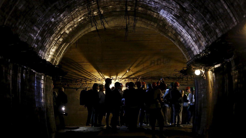 Un grupo de periodistas visita uno de los túneles del proyecto 'Riese', construidos por la Alemania nazi en la región de Walbrzych. (Reuters)