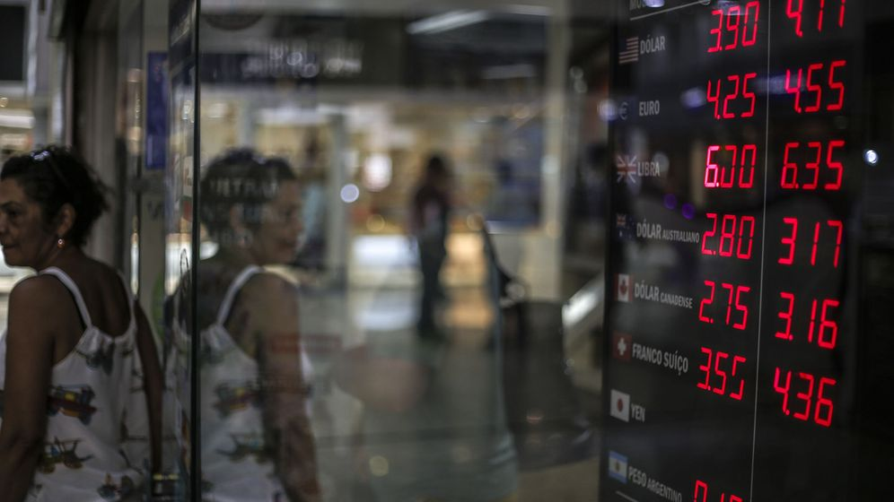 Foto: Tablero electrónico de una casa de cambio. (EFE)
