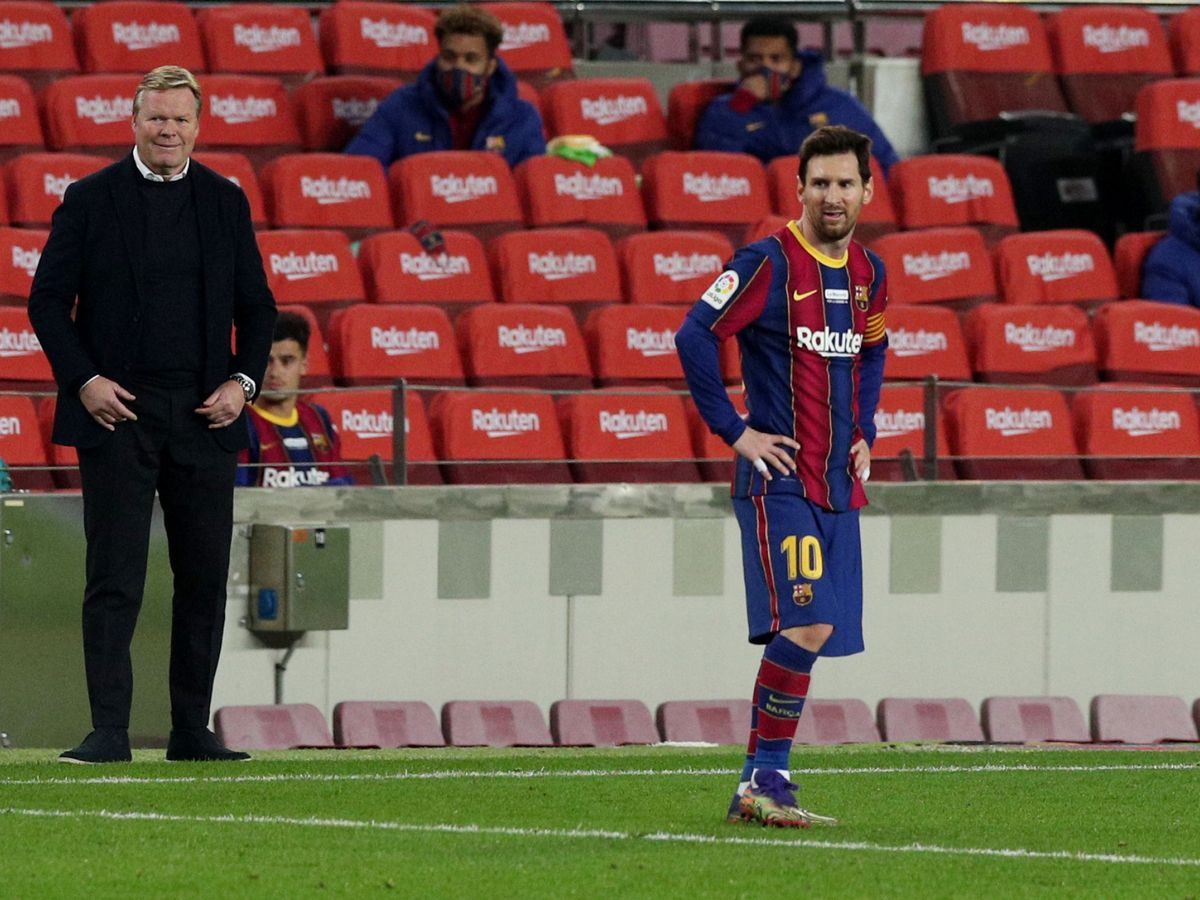 Foto: Messi, con Koeman de fondo, en pleno partido. (Reuters)