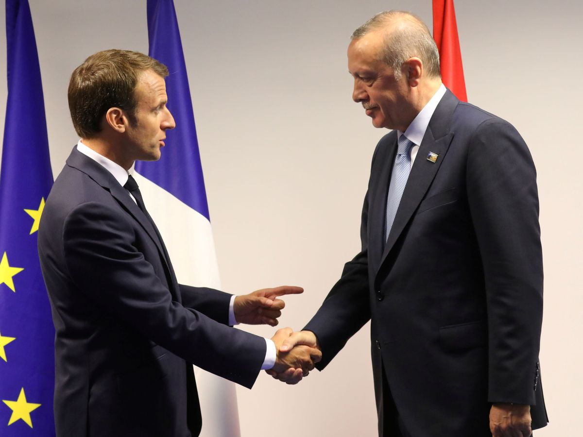 Foto: File photo: france's president emmanuel macron shakes hands with turkey's president recep tayyip erdogan ahead of a bilateral meeting on the sidelines of a nato summit in brussels in 2018