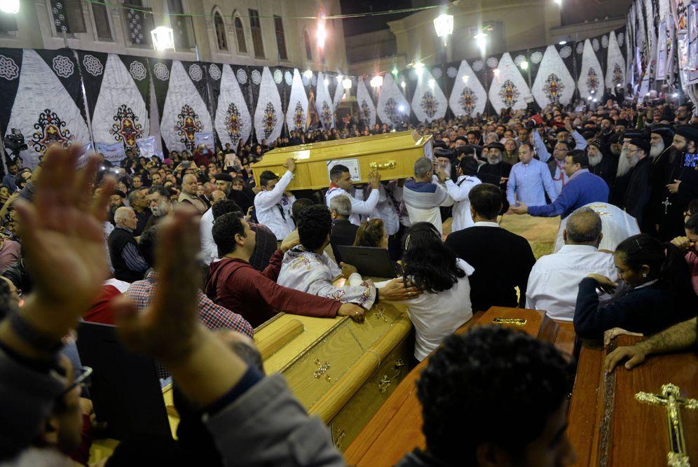 Foto: Ataúdes de las víctimas del atentado contra la iglesia copta de Tanta, Egipto, el 9 de abril de 2017. (Reuters)