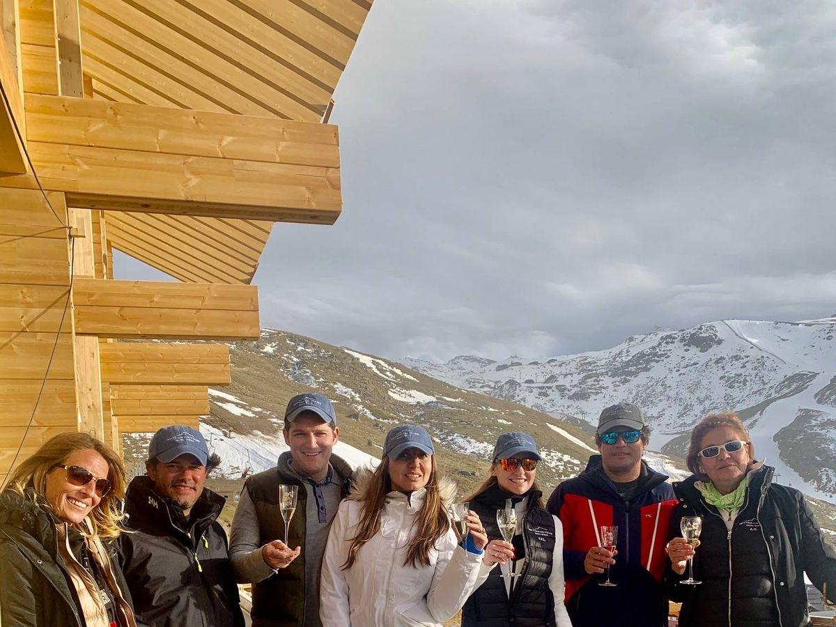 Foto: Javier Fal-Conde y Fiona Ferrer, junto a sus amigos en Sierra Nevada.