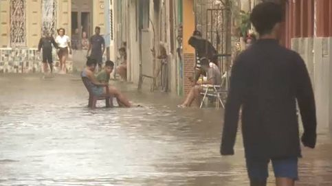 Así pasan el rato los cubanos en las calles inundadas de La Habana