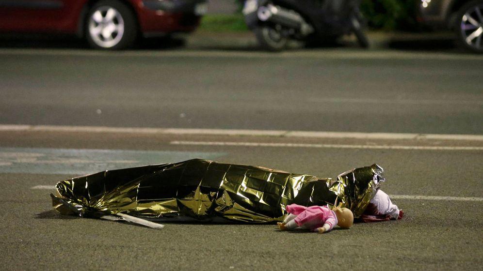Foto: Uno de los cuerpos de las víctimas del atentado de Niza. (Reuters)
