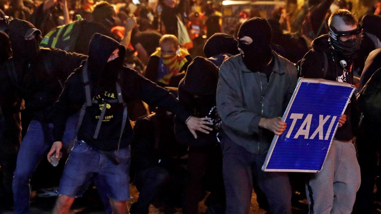 Manifestantes durante los altercados que se han producido este viernes en Barcelona. (EFE)