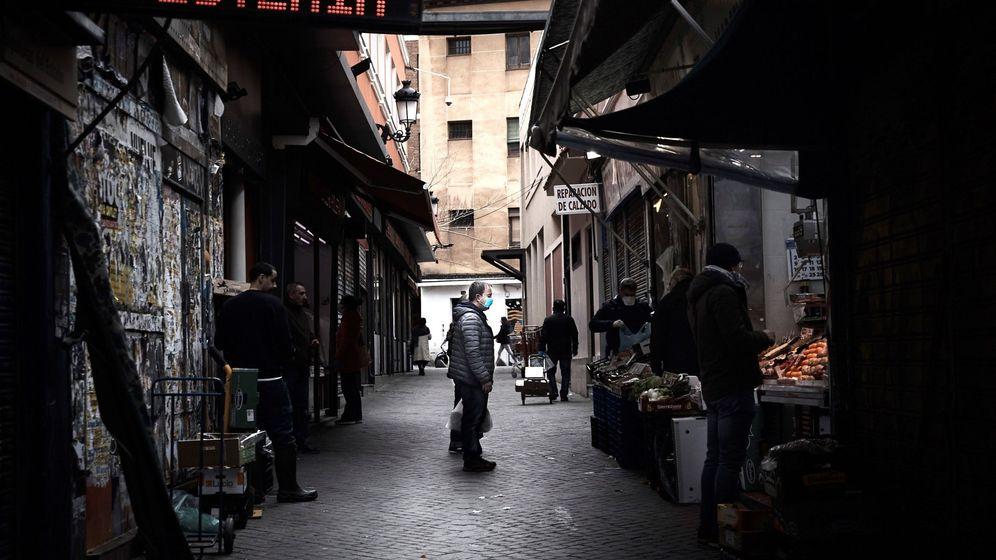 Foto: Un hombre espera su turno en una frutería en Madrid. (EFE)