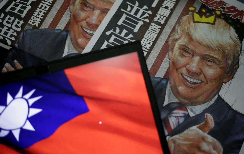 Foto: Ilustración de Donald Trump en un diario local, semicubierta por la bandera taiwanesa, en Taipei, el 12 de diciembre de 2016. (EFE)