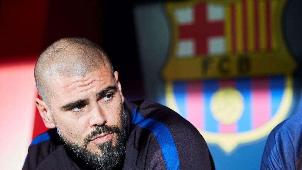 Foto: Víctor Valdés en el banquillo durante su etapa de entrenador del juvenil en el Barcelona. (Efe)