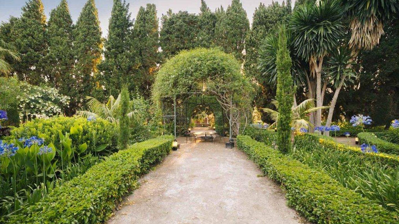 El jardín de la Casa de los Bates, en la costa de Granada. (Cortesía)