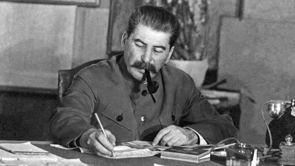 Foto: Stalin escribiendo una carta.
