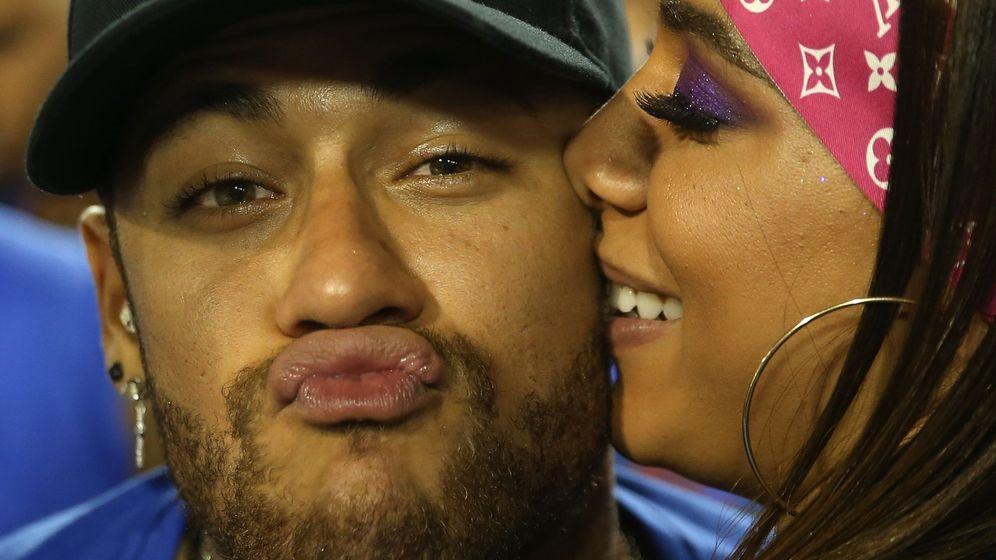 Foto: Neymar junto a la cantante brasileña Anitta. (Reuters)