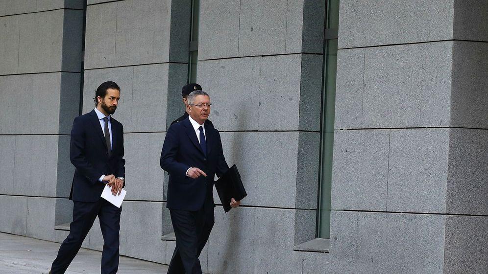 Foto: El expresidente madrileño Alberto Ruiz-Gallardón (dcha), junto a su hijo José. (EFE)
