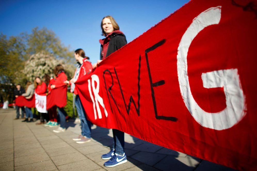 Foto: Activistas medioambientales protestan contra RWE ante su junta de accionistas, en Essen, Alemania. (Reuters)