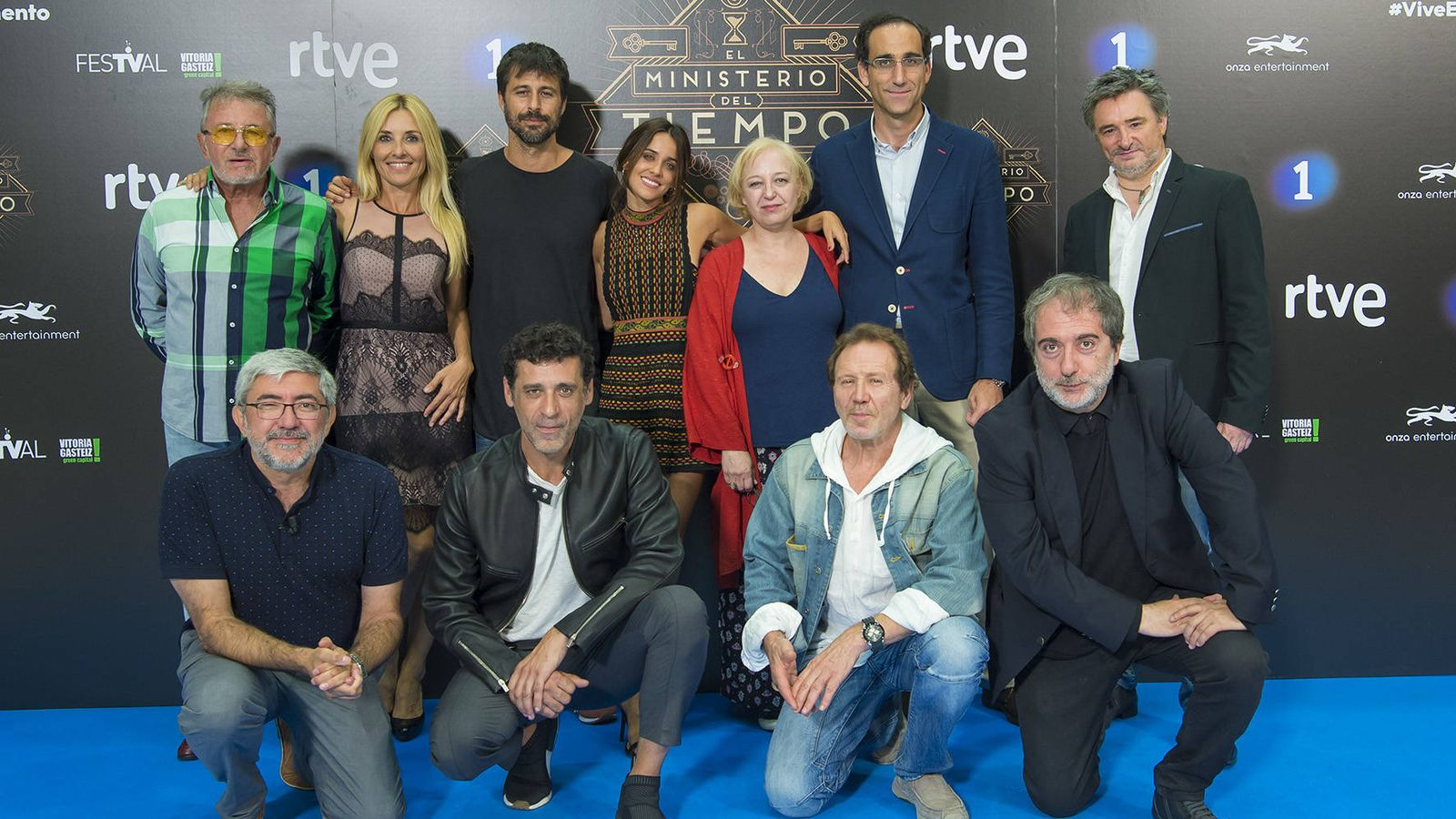 Foto: El equipo de 'El Ministerio del Tiempo' en Vitoria-Gasteiz. (RTVE)