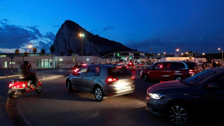 Foto: Vehículos hacen cola a la entrada a Gibraltar el pasado 5 de noviembre. (EFE)