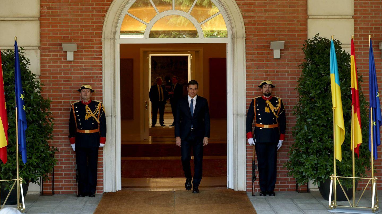 El presidente del Gobierno, Pedro Sánchez, momentos antes de recibir en el palacio de la Moncloa, al presidente de Ucrania. (Reuters)
