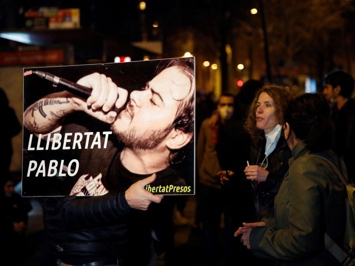 Foto: Varias personas se concentran en apoyo de Pablo Hasél (EFE)