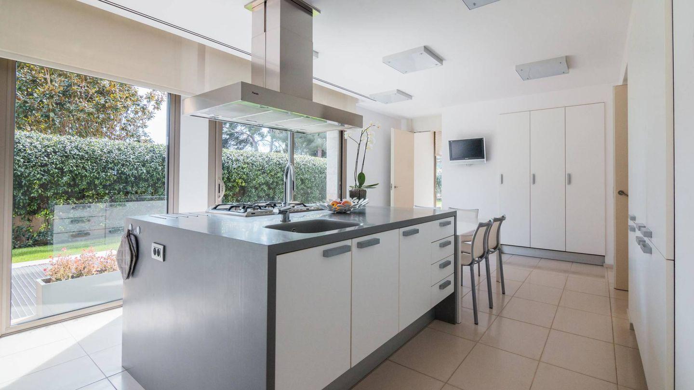 La cocina, con la ya imprescindible isla en cualquier casa 'rica' que se precie.