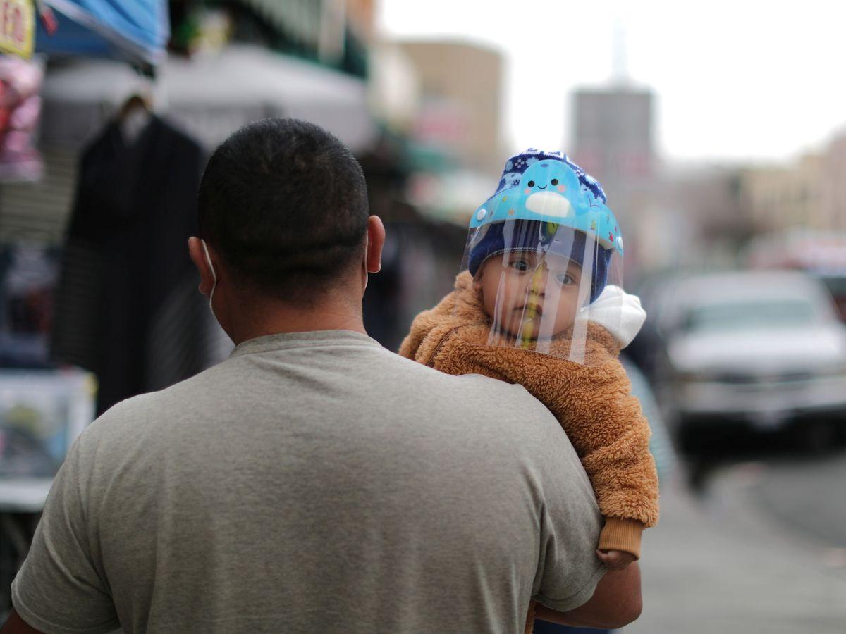 Foto: Un hombre con un bebé en Los Ángeles. (Reuters)