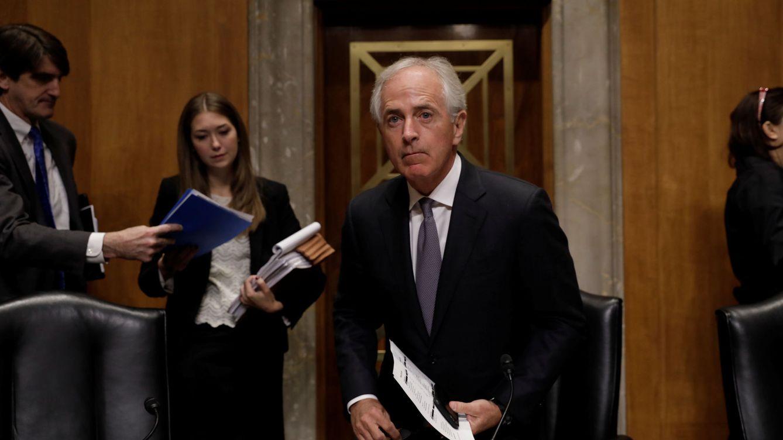 Foto: El líder del Comité de Relaciones Exteriores del Senado, Bob Corker, se sienta para dar inicio a la sesión, el 14 de noviembre de 2017. (Reuters)