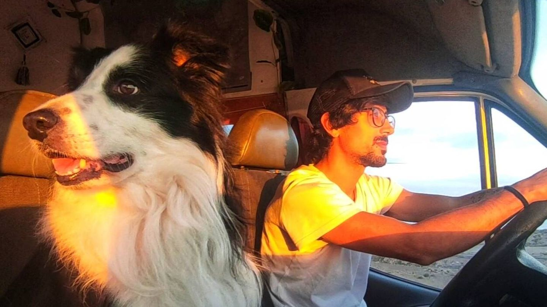 En la carretera con su perro. (F. M.)
