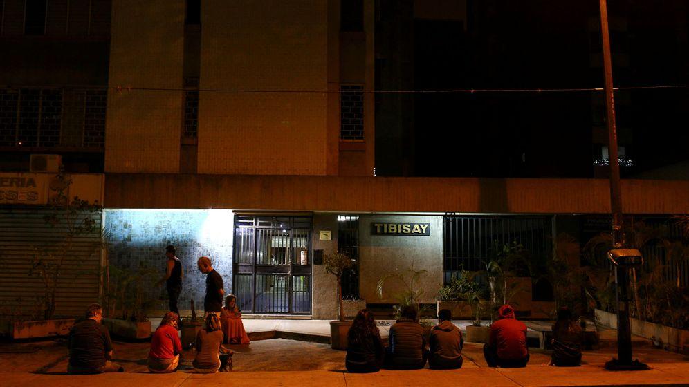 Foto: La gente permanece en la calle después del temblor en Caracas. (Reuters)