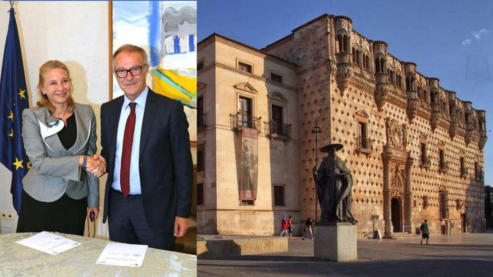 Foto: Firma del acuerdo entre Almudena de Arteaga y José Guirao (izqda) y fachada del Palacio del Infantado (dcha). (EFE)