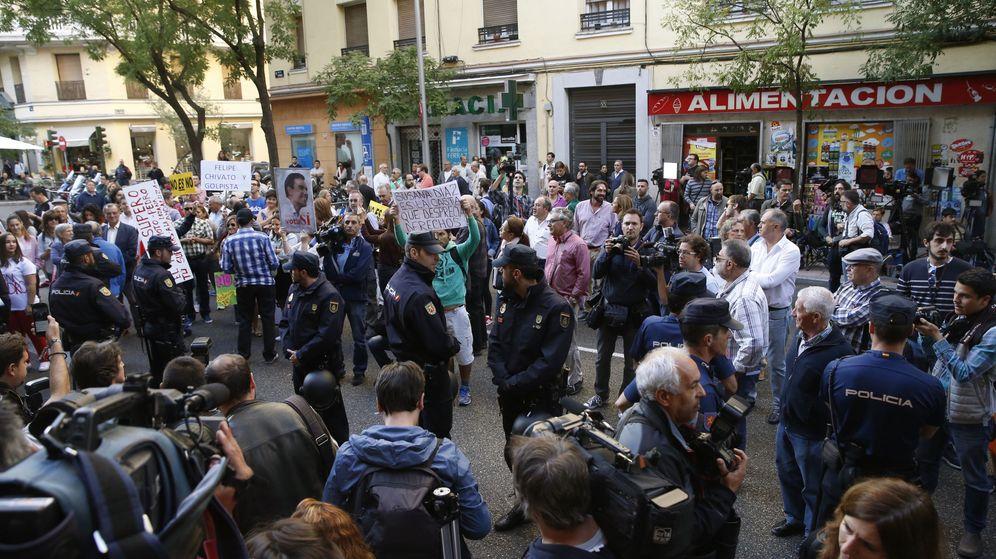Foto: Operativo policial en las inmediaciones de la sede del PSOE en la madrileña calle de Ferraz. (EFE)