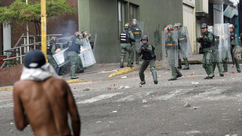 Foto: Los opositores se enfrentan contra las fuerzas de seguridad durante las protestas en Caracas. (Reuters)
