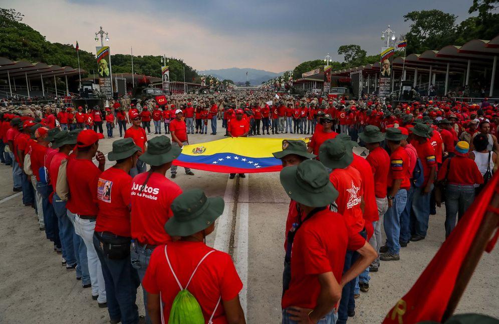 Foto: Integrantes de la Milicia Bolivariana participan en la conmemoración del aniversario 17 del fallido golpe de estado contra el fallecido presidente venezolano Hugo Chávez. (EFE)