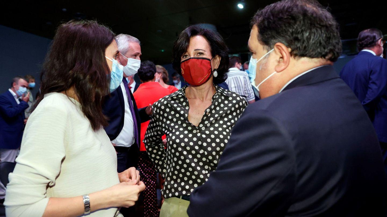 La ministra de Igualdad, Irene Montero (i), conversa con la presidenta del Banco Santander, Ana Patricia Botín (d), tras la conferencia de Pedro Sánchez. (Pinche para ver el álbum)