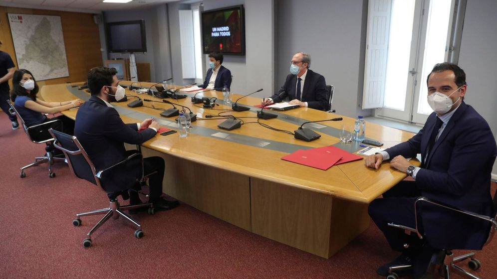 Foto: El vicepresidente de la Comunidad de Madrid, Ignacio Aguado (d), reunido con los portavoces del PSOE, Más Madrid y Unidas Podemos, el pasado lunes. (EFE)