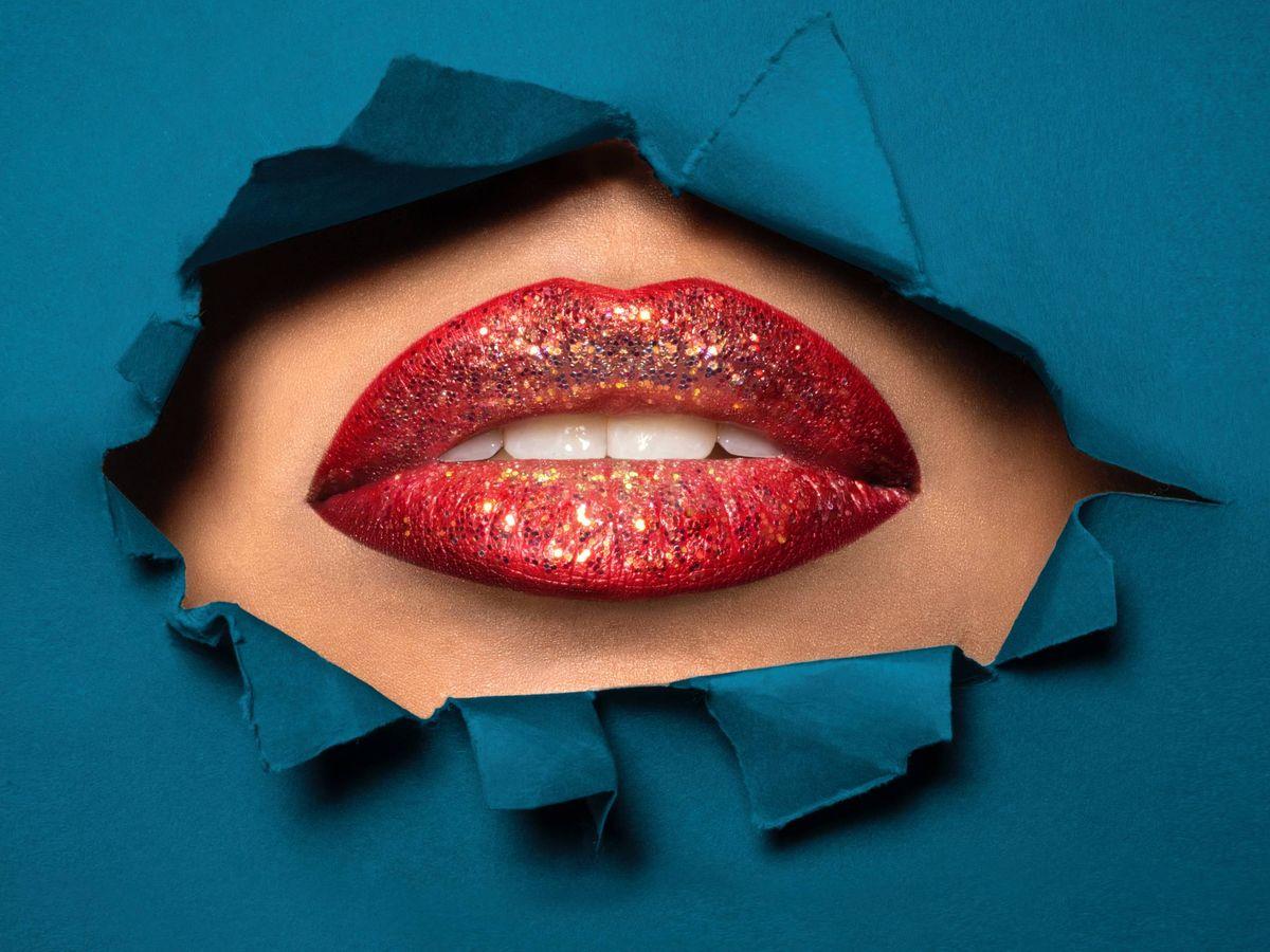 Foto: Pocas cosas dicen fiesta como labios rojos con purpurina. (Guido Fuà para Unsplash)