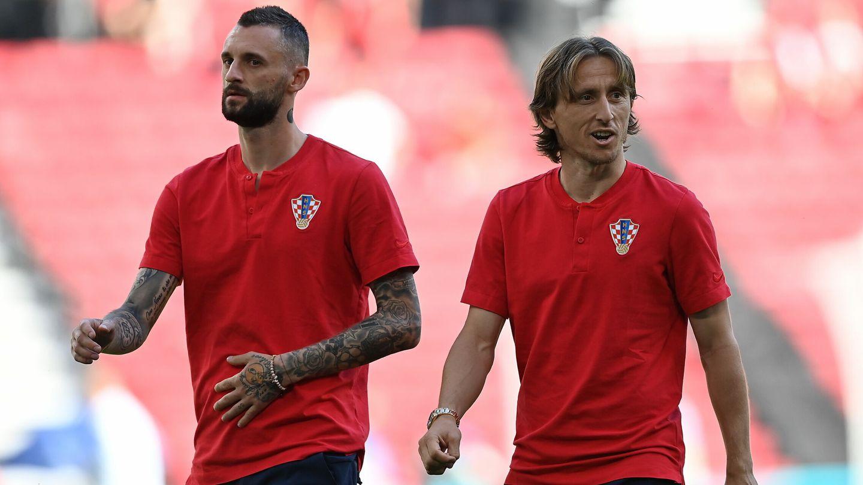 Brozovic y Modric ya toman contacto con el césped del Parken Stadion. (EFE)